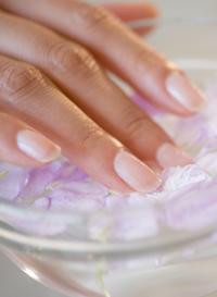 L'équipement spécial de la manucure japonaise est également efficace. Il comprend le massage des mains, le frottement