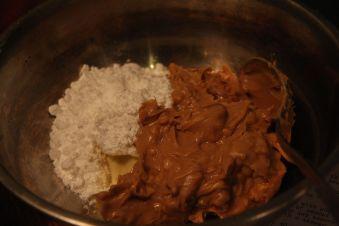 Šokolādes mafini ar zemesriekstu sviesta pildījumu