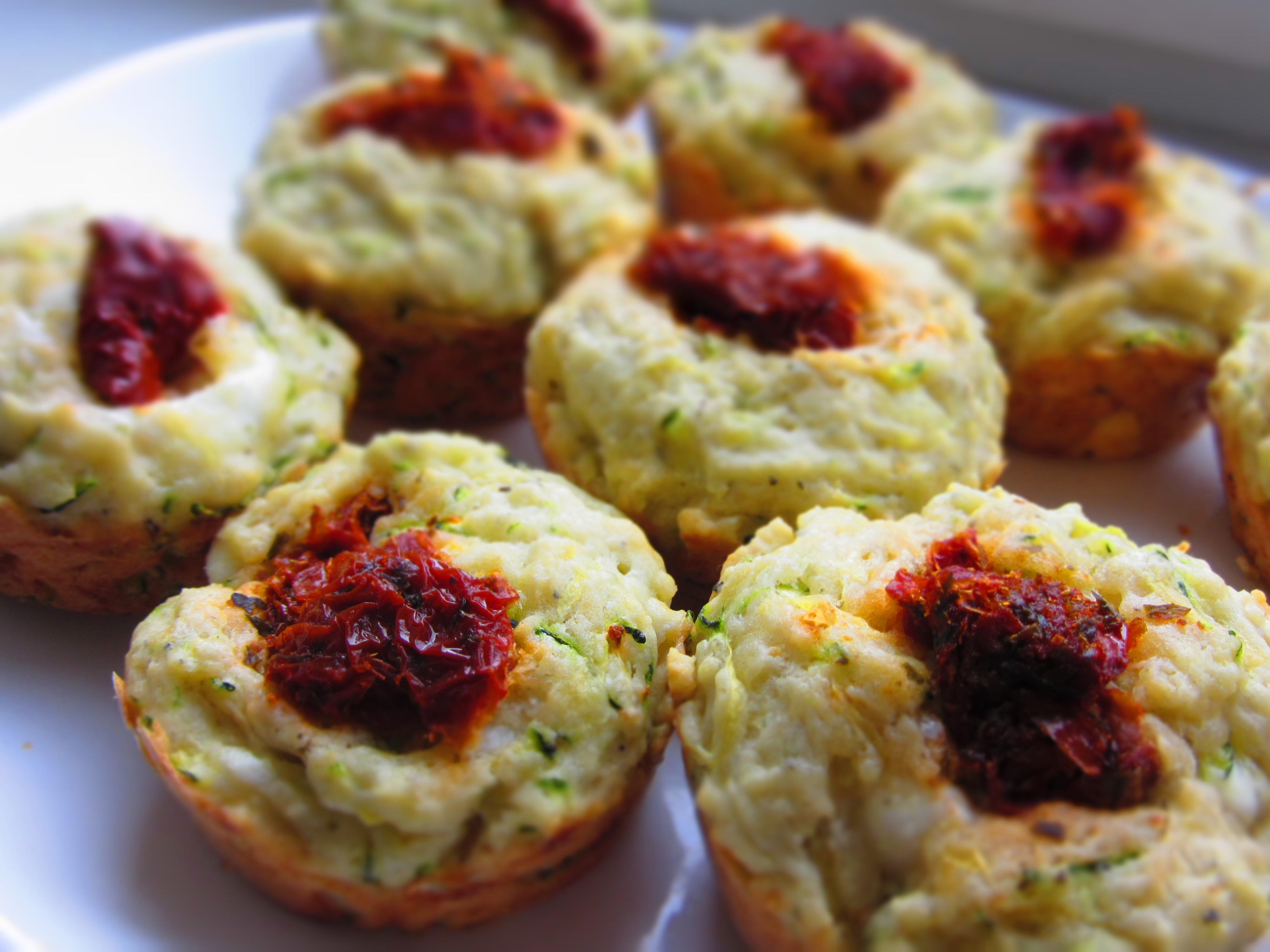 Cukini/kabaču sāļie mafini ar fetas sieru un kaltētiem tomātiem