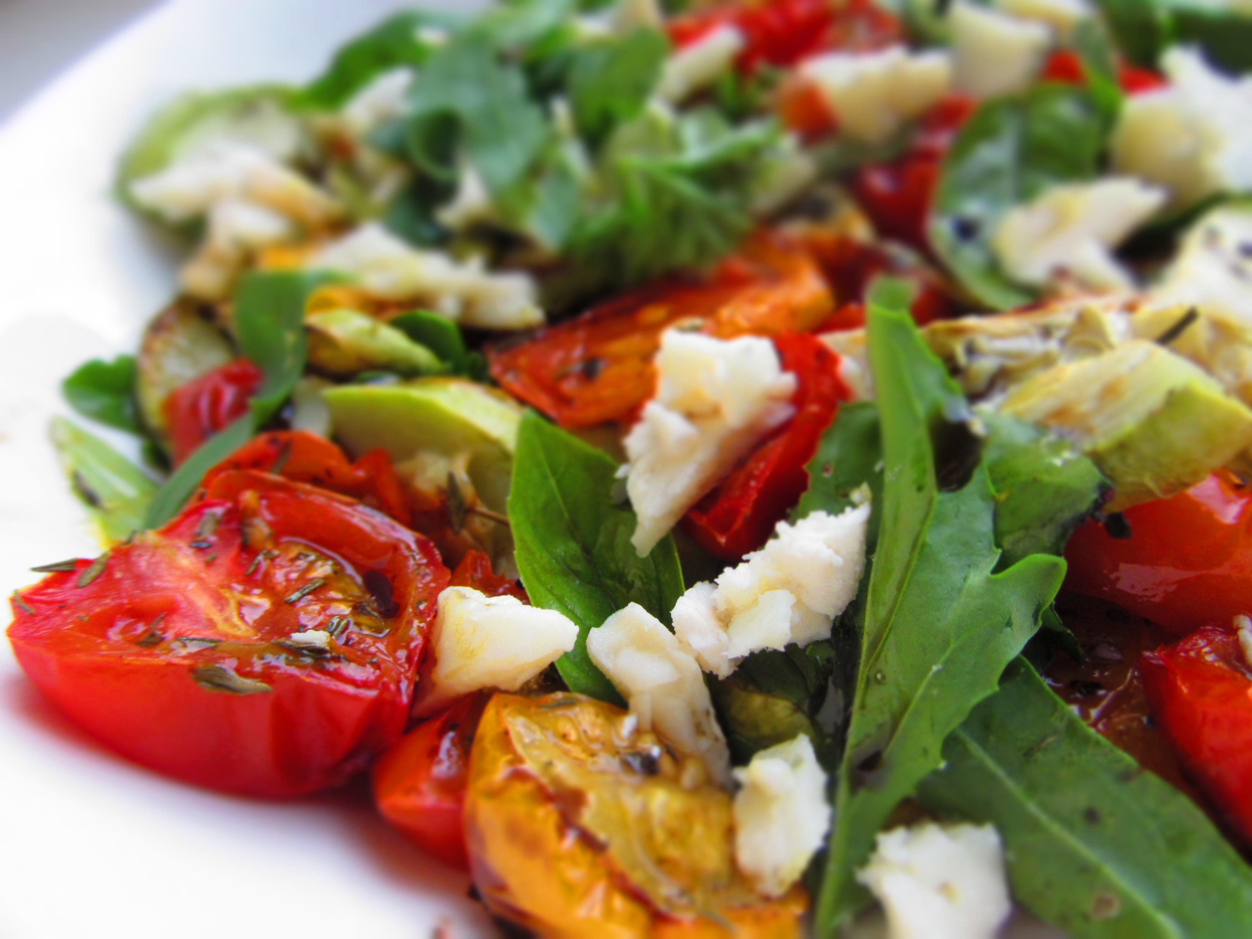 Grilētu tomātu un cukini salāti