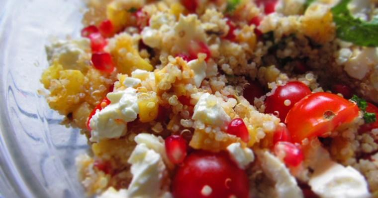 Kvinojas salāti ar kabaci, fetas sieru un granātābolu