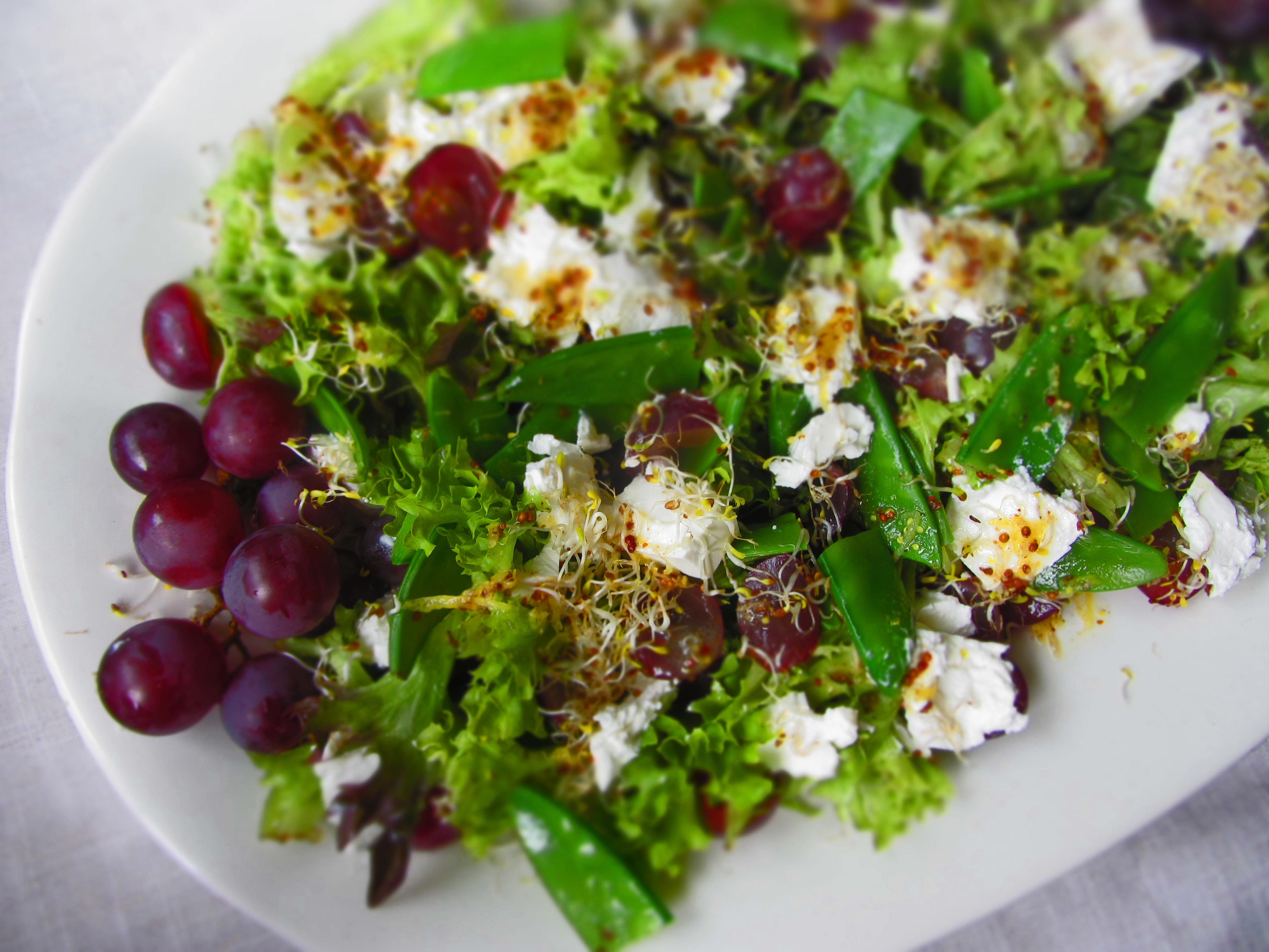 Salāti ar fetu, vīnogām un cukurzirņiem