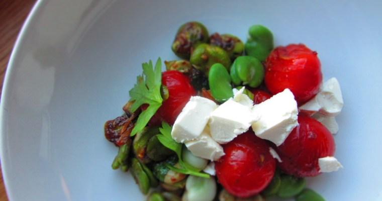 Siltie salāti ar ceptiem tomātiem, cūku pupām un fetas sieru
