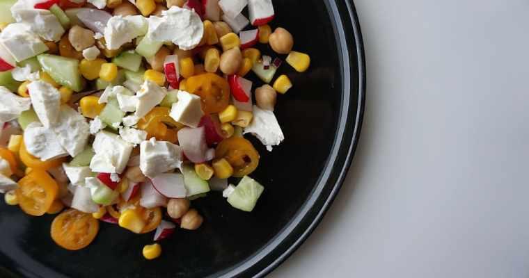 Krāsainie dārzeņu salāti ar turku zirņiem un fetas sieru