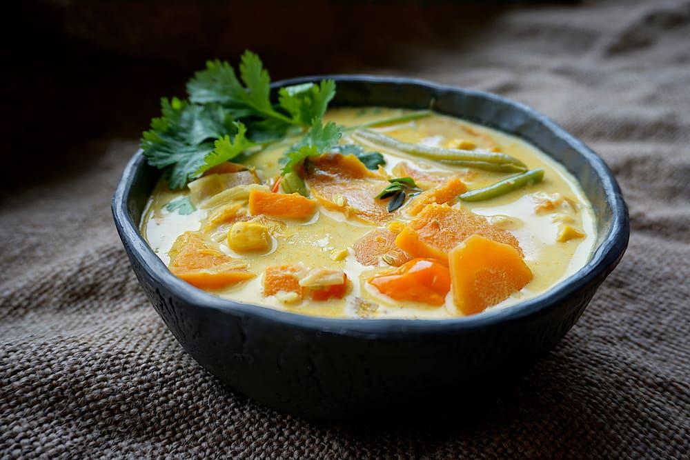 Ķirbja karija zupa ar kokospienu