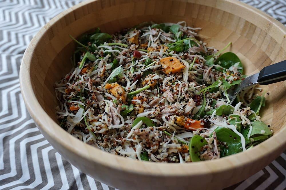 Kvinojas salāti ar kāpostu, ķirbi un vistu