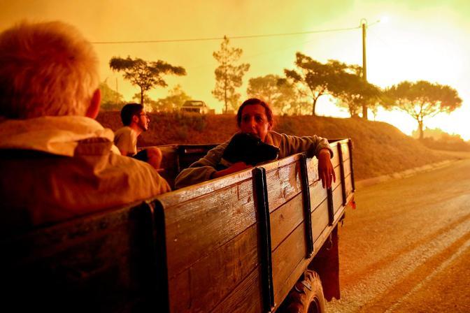 Эвакуация из-за лесного пожара в Португалии, 9 сентября Фото: Jose Sena Goulao / EPA / LETA