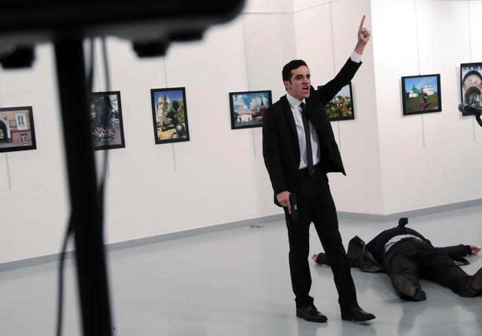Мевлют Мерт Алтинтас сразу после убийства посла России в Турции Андрея Карлова, 19 декабря Фото: Burhan Ozbilici / AP / Scanpix / LETA