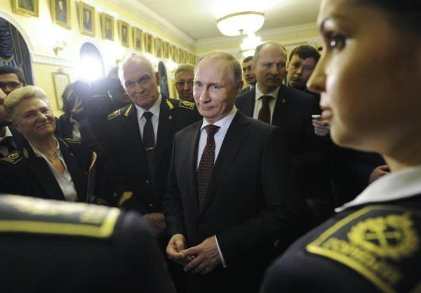 Ruský prezident Vladimir Putin (C) sa stretáva so študentami a zamestnancami pri návšteve Národnej univerzity nerastných surovín (banská vysoká škola) v Petrohrade, 26. januára 2015 MIKHAIL KLIMENTYEV / RIA Novosti / KREMLIN / REUTERS