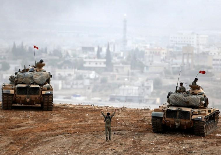 Tanky tureckej armády manevrujú pri sýrskom meste Kobane (foto kredit:REUTERS)