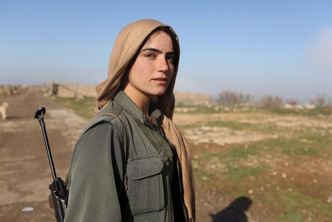 Bojovníčka Kurdskej strany pracujúcich (PKK) stojí na strážnom stanovisku základne PKK v Mount Sinjar v  severozápadnom Iraku (Asmaa Waguih /Reuters)
