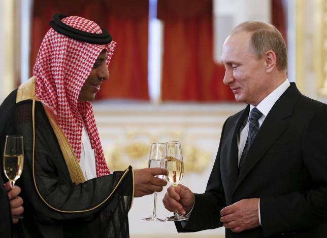 Ruský prezident Vladimir Putin (vpravo) si pripíja s veľvyslancom Saudskej Arábie v Rusku Abdulrahmanom Al-Rassim po obdržaní jeho diplomatického poverenia v priebehu ceremoniálu v Kremli v Moskve, Rusko, 28. mája 2015. Reuters / Sergei Karpukhin