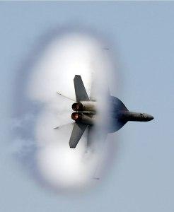 Lietadlo prekonáva rýchlosť zvuku. Foto: Wikipédia