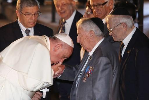Pápež František bozkáva ruku