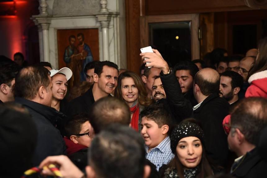 Fotka na pamiatku z prezientom a jeho ženou. Bashar a Asma al-Assad, selfie v kostole