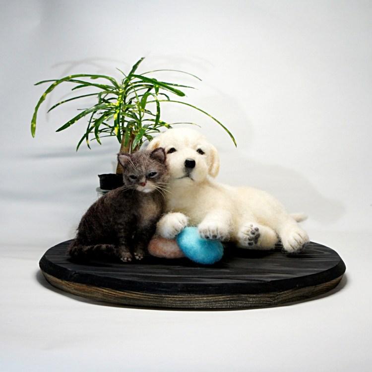 ゴールデンレトリーバーの仔犬とネコさん。羊毛フェルトの作品です。
