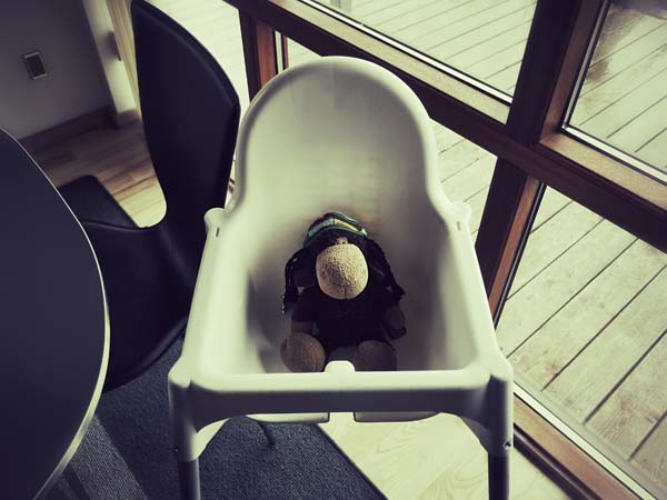 Entwürdigend? Luis auf dem Babystuhl im Ferienhaus.