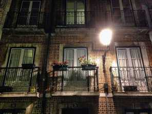 Das Bairro Alto glänzt bei Nacht.