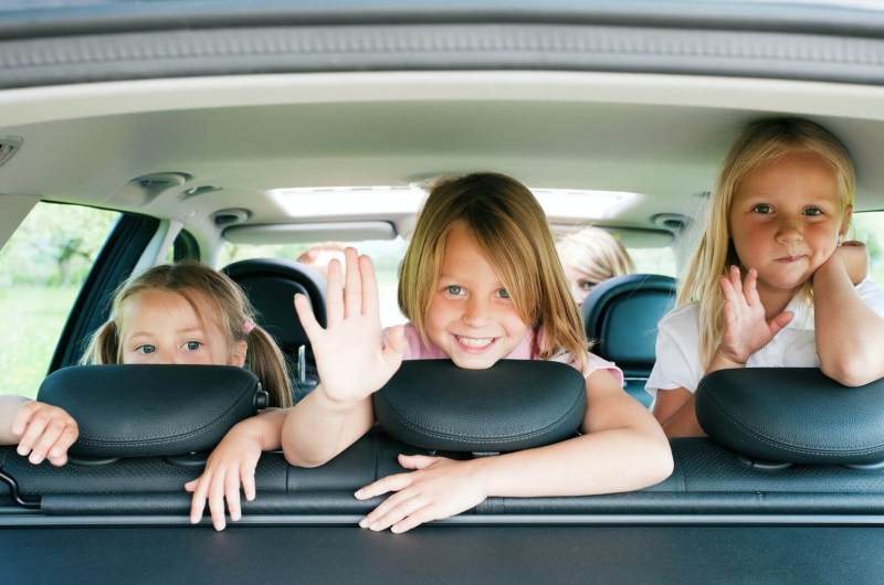 auto met 3 kinderen