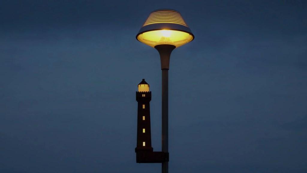 Blåvand bei Nacht Leuchtturm an Straßenlampen