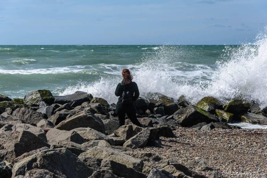 Frau am stürmischen Meer