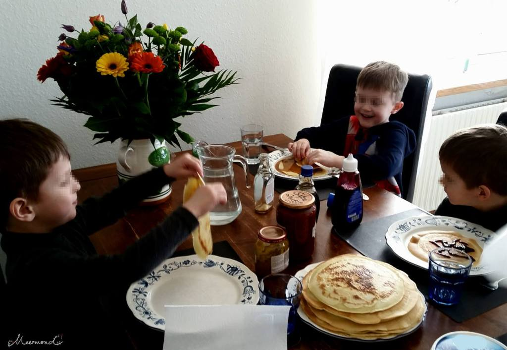 Kinder essen Pandekage