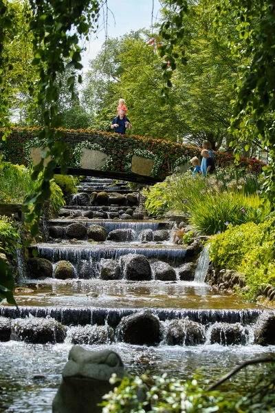 Brücke über die Wassertreppe im Blomsterpark
