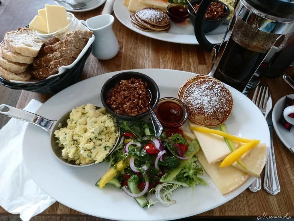 dänischer Kaffee in Stempelkanne mit Frühstück