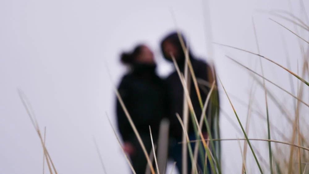Paar in den Dünen von Blåvand im Winter
