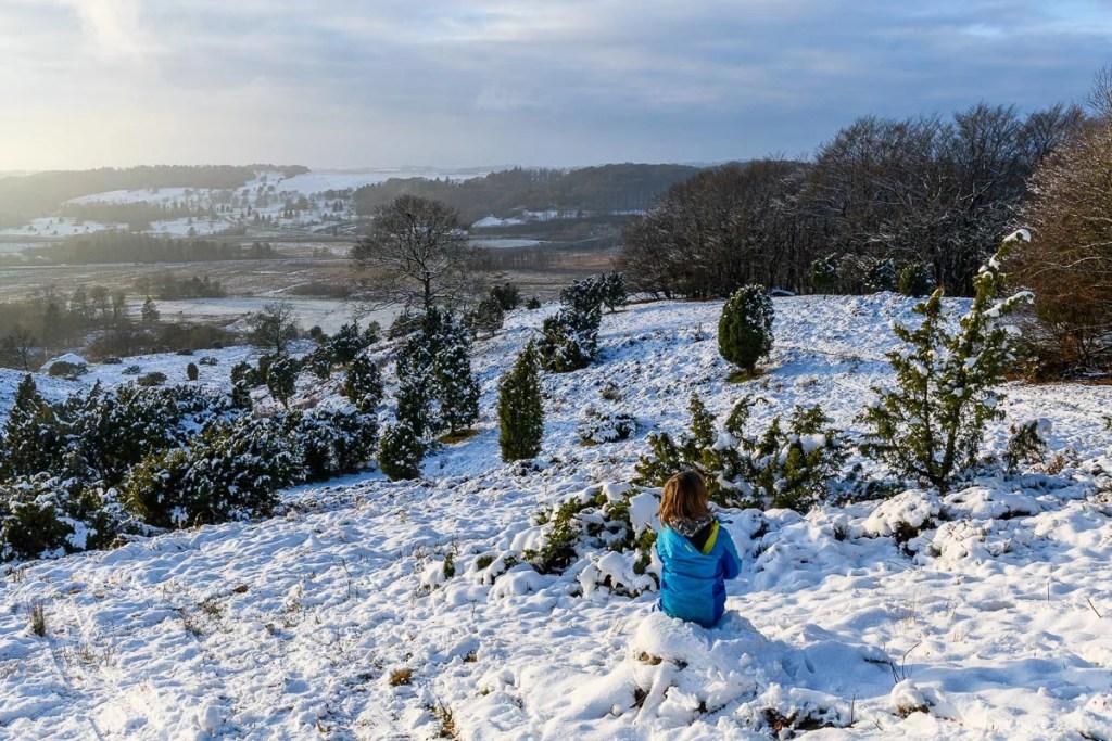 Ein Kind in dänischer Schneelandschaft