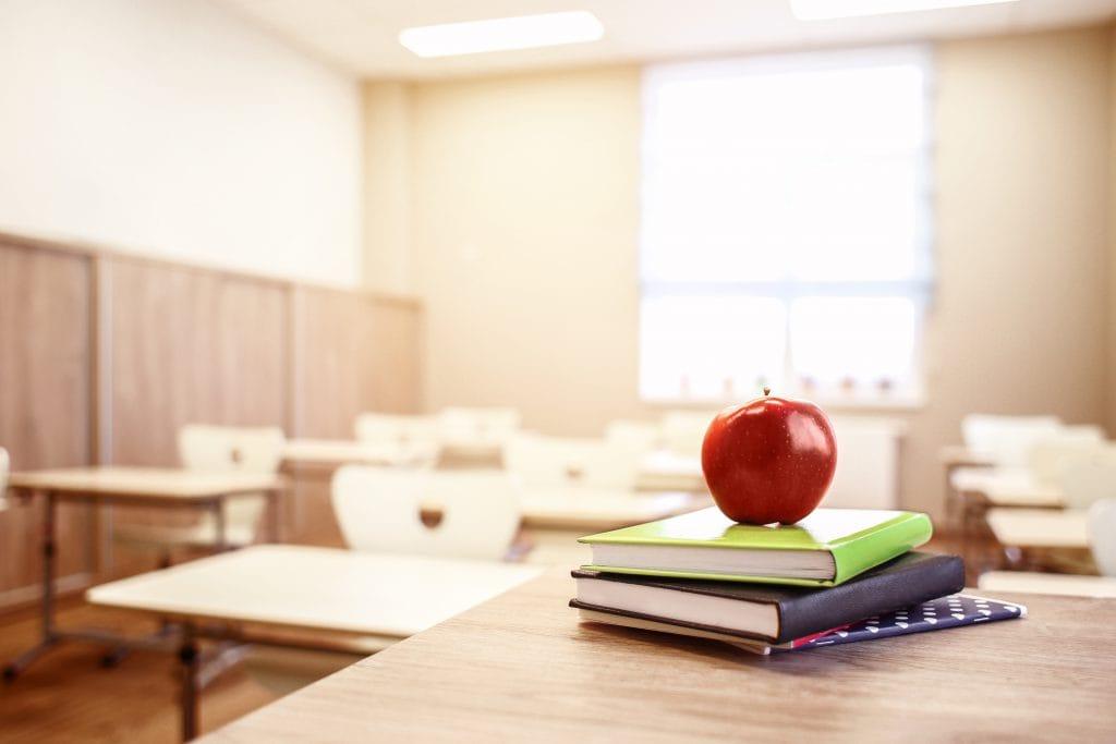 https://www.shutterstock.com/nl/image-photo/school-teachers-desk-stack-books-apple-565970818