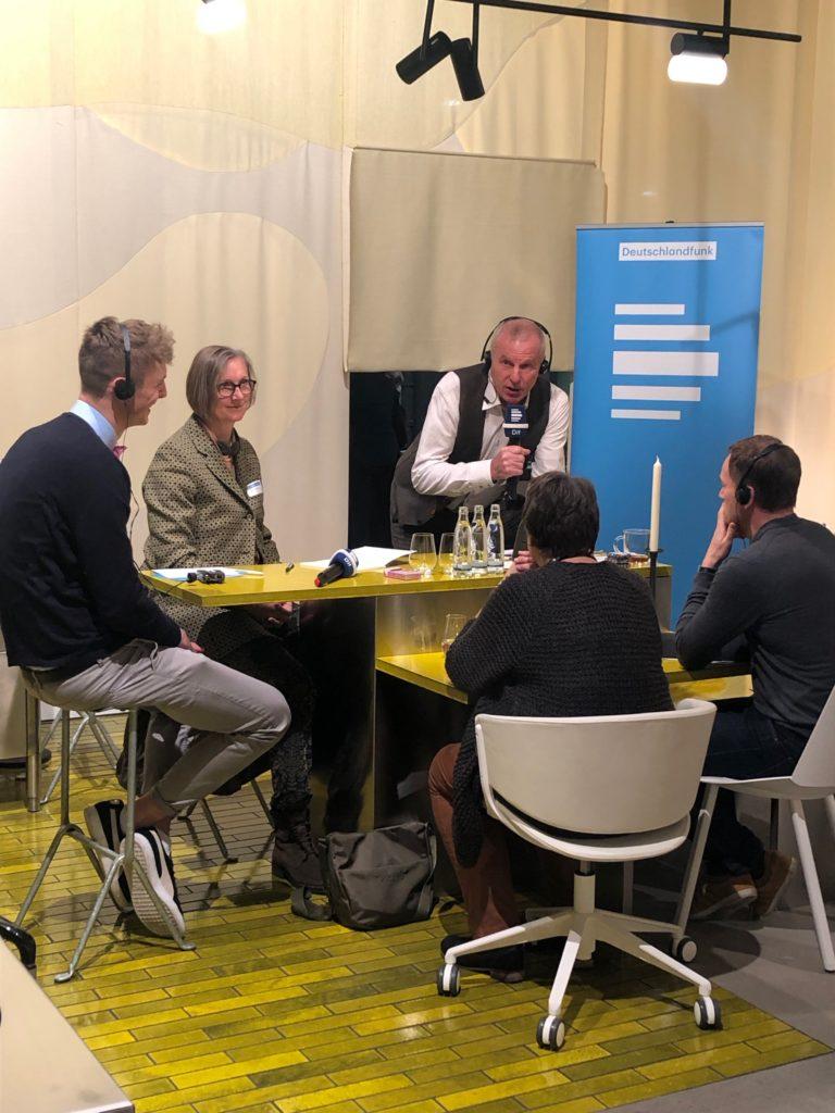am messefreitag war unser schulersprecher carl moritz arnhold teilnehmer einer gesprachsrunde beim radiosender deutschlandfunk live von der imm cologne