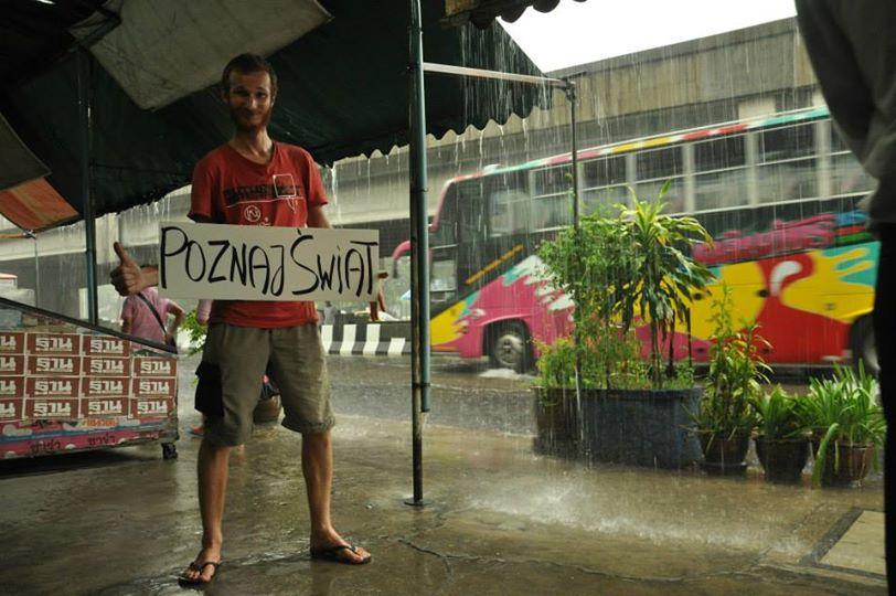 Karol Zientek, haciendo autostop a las afueras de Bangkok.