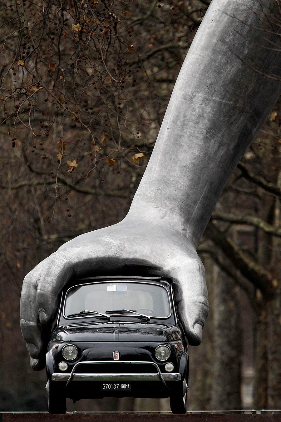 Lorenzo Quinn, Vroom vroom (2011) :: via Art Ruby