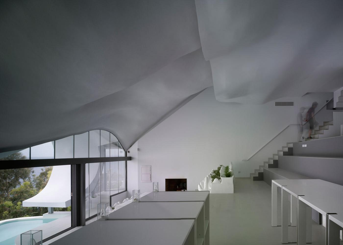 """Casa Del Acantilado  Los arquitectos de GilBartolomé construyeron esta casa  """"Estilo Gaudí"""" en un acantilado en España f0b04f4e3c4"""