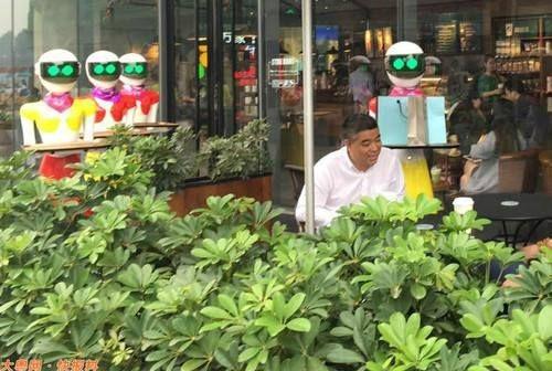 Magnate Chino Sale De Compras Acompañado De 8 Sirvientes Robots