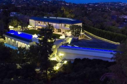 El magnate dueño de los Detroit Pistons de la NBA compró esta preciosa mansión en Los Ángeles por $100 MILLONES