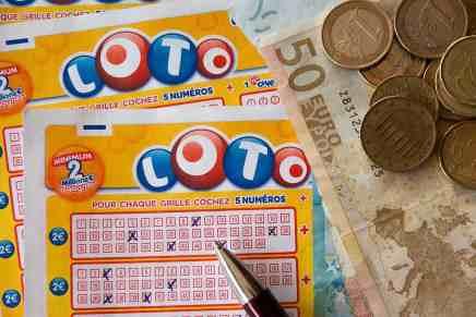 Quiso darle una lección a su esposo de no jugar a la lotería y terminó ganando $1 millón
