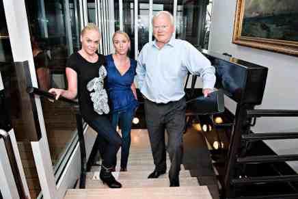 Las gemelas Cecilie y Kathrine están listas para heredar más de $10 MIL MILLONES de la fortuna de su padre… ¡Y están solteras!