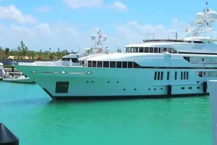 Vea al lujoso mega yate Sealyon atracar en un puerto de las Bahamas