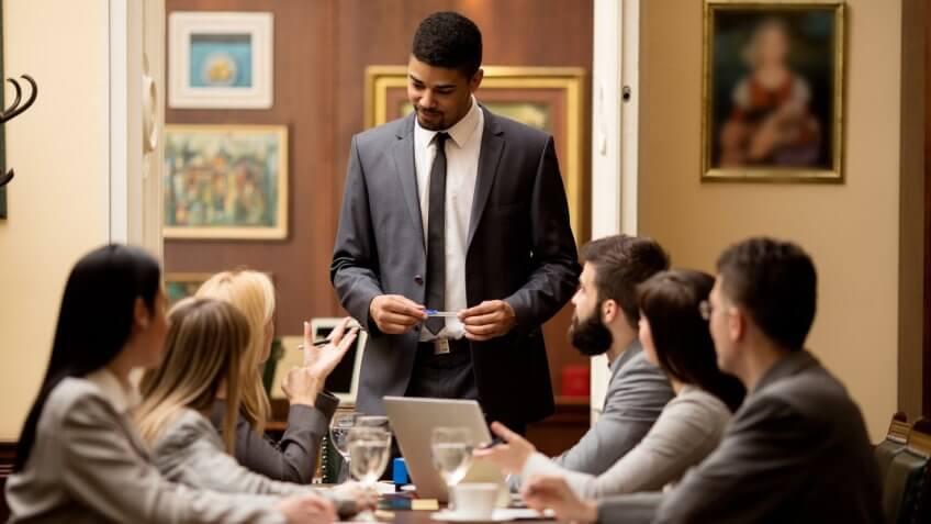 Abogados y honorarios legales: $1.500 (€1.320) x hora facturable