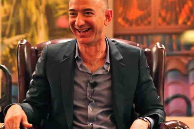 Jeff Bezos es el hombre más rico del mundo — el empresario ahora tiene una fortuna valorada en $141 MIL MILLONES… ¡Bye Bye, Bill Gates!