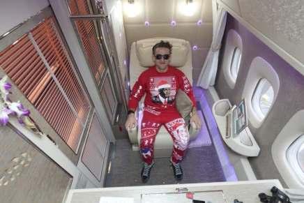 """¡La suite de avión más grande de todos los tiempos! Un Youtuber graba su viaje en la nueva SUiTE de primera clase de Emirates y dice que es """"como una habitación de hotel"""""""