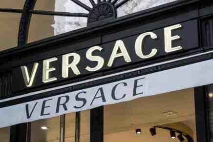 """Gianni Versace: ¿Cuál sería la riqueza del creador del IMPERIO """"Versace"""" si estuviera vivo hoy?"""