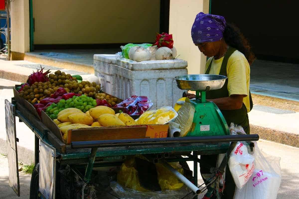 Mujer vendiendo frutas