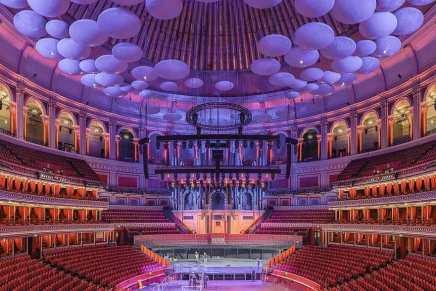 """¿Te gustaría ver una obra de teatro sentado al lado de la reina Isabel de Inglaterra? Un palco de 12 asientos en el """"Royal Albert Hall"""" de Londres está a la venta por $4,2 millones"""