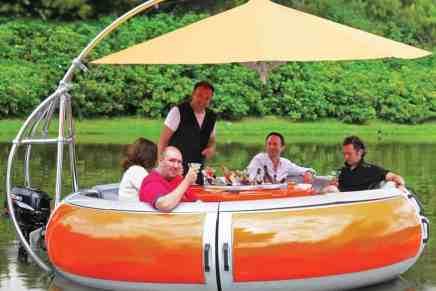 Este bote barbacoa flotante promete la más refrescante experiencia de una cena sobre el agua
