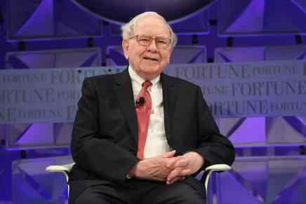 Warren Buffett — el genio de las finanzas — ganó $10 MIL MILLONES EXTRA de la crisis financiera, sólo por seguir la regla MÁS BÁSICA de inversión