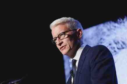 Anderson Cooper dice ¡QUE NO! heredará 1¢ de la fortuna de $200 millones de su madre