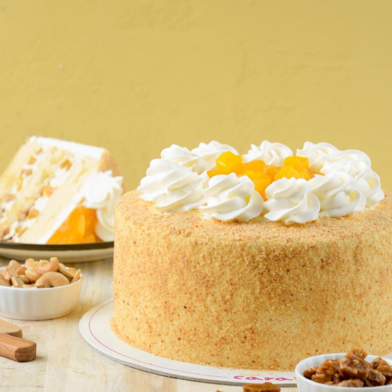 Bite into real mangoes with Mango Magnifico (P925)! This chiffon cake is infused with fresh mangoes, whipped cream, and cashew brittles. Yes, the taste is as magnificent as it sounds.